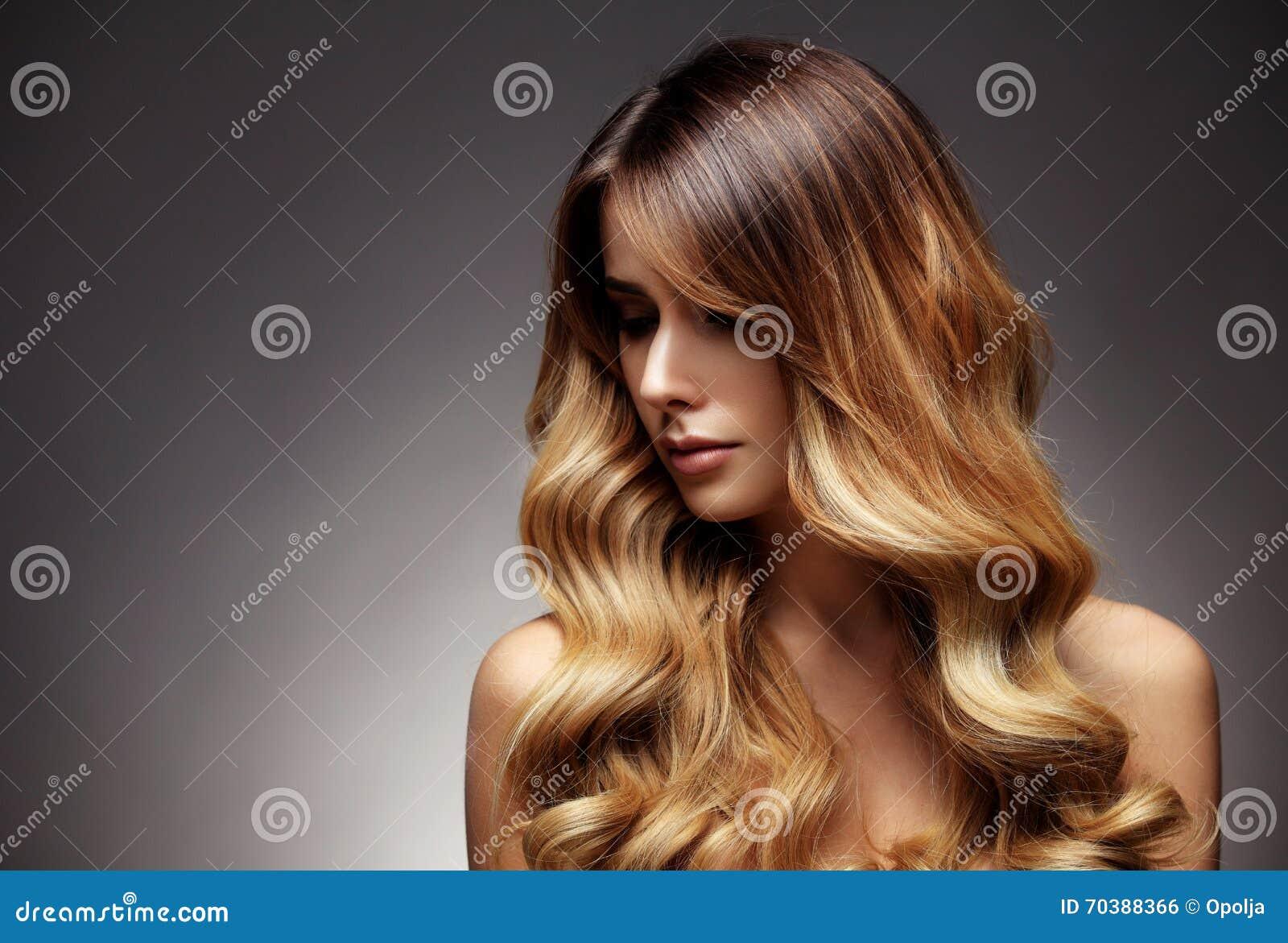 Härlig blond kvinna med länge, sunt, rakt och skinande hår