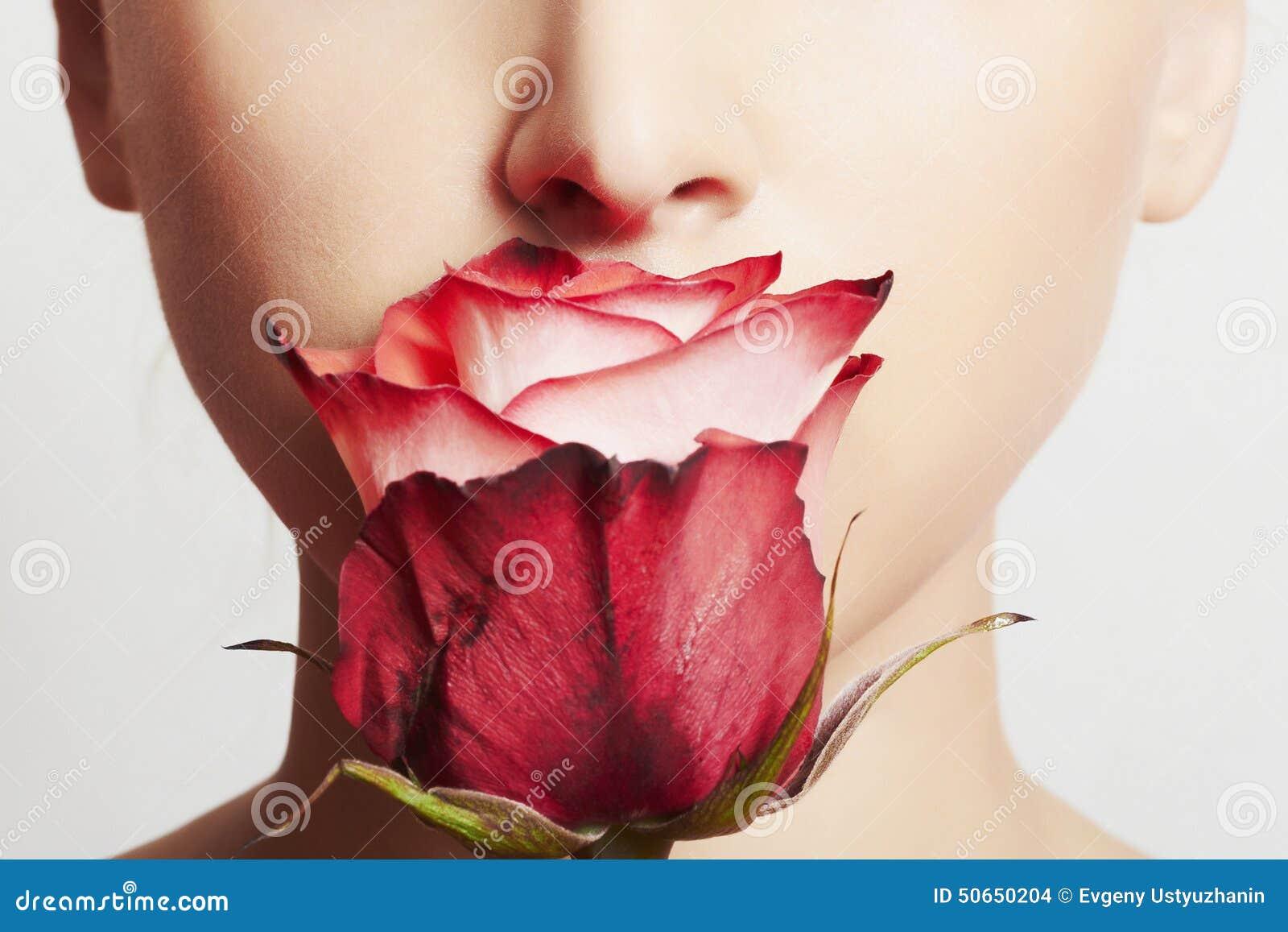 Härlig blond kvinnaframsida och blomma Flicka och ro applicera genomskinlig fernissa för omsorgshud