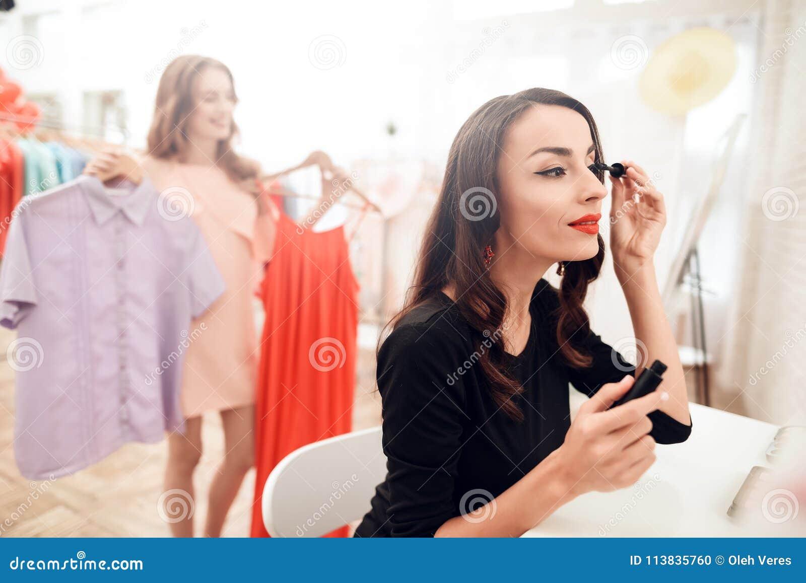 Härlig brunettkvinna med röd läppstift på kanter Närbildflicka med härligt smink