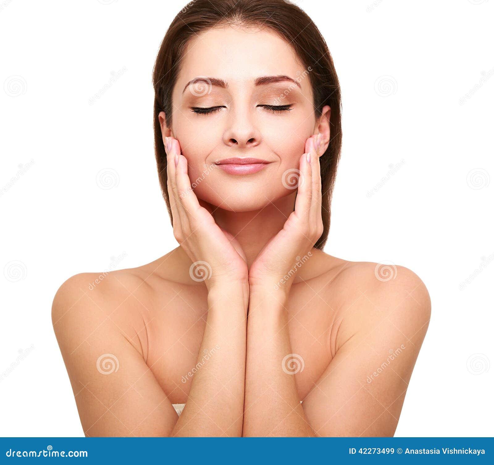 Härlig brunnsortkvinna med ren skönhethud som trycker på hennes framsida