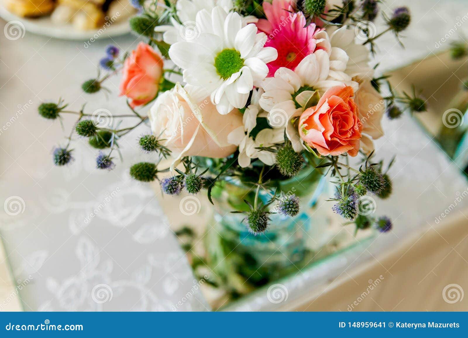 H?rlig bukett av blommor fr?n rosor