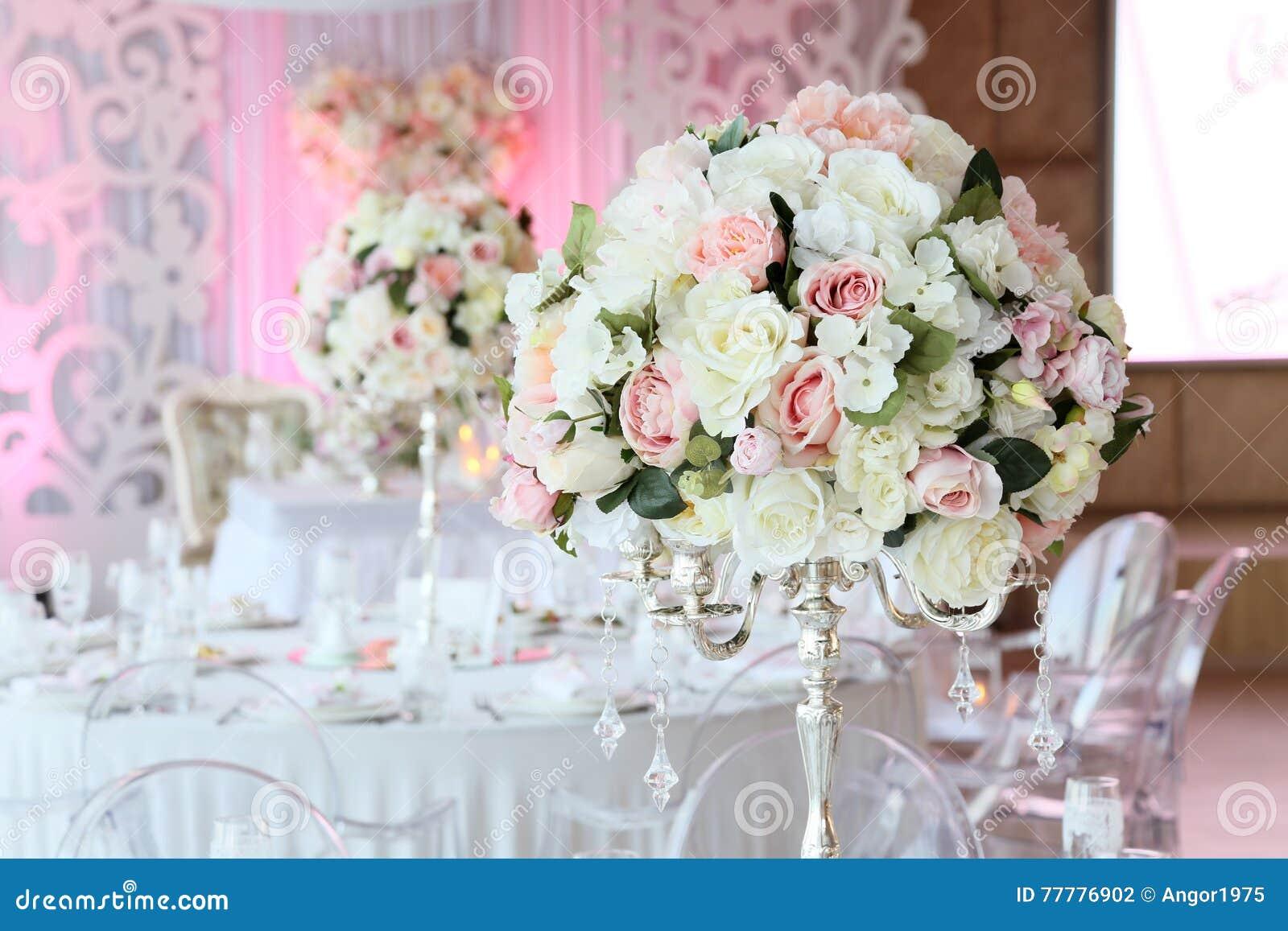 Härlig bukett av rosor i bröllopdekorrestaurang