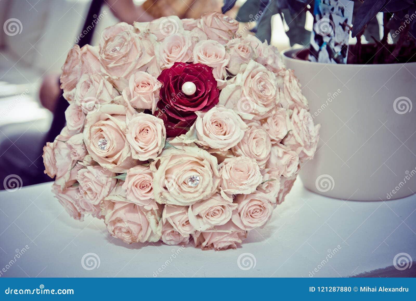 Härlig bukett, brud- bukett, blommor av bruden