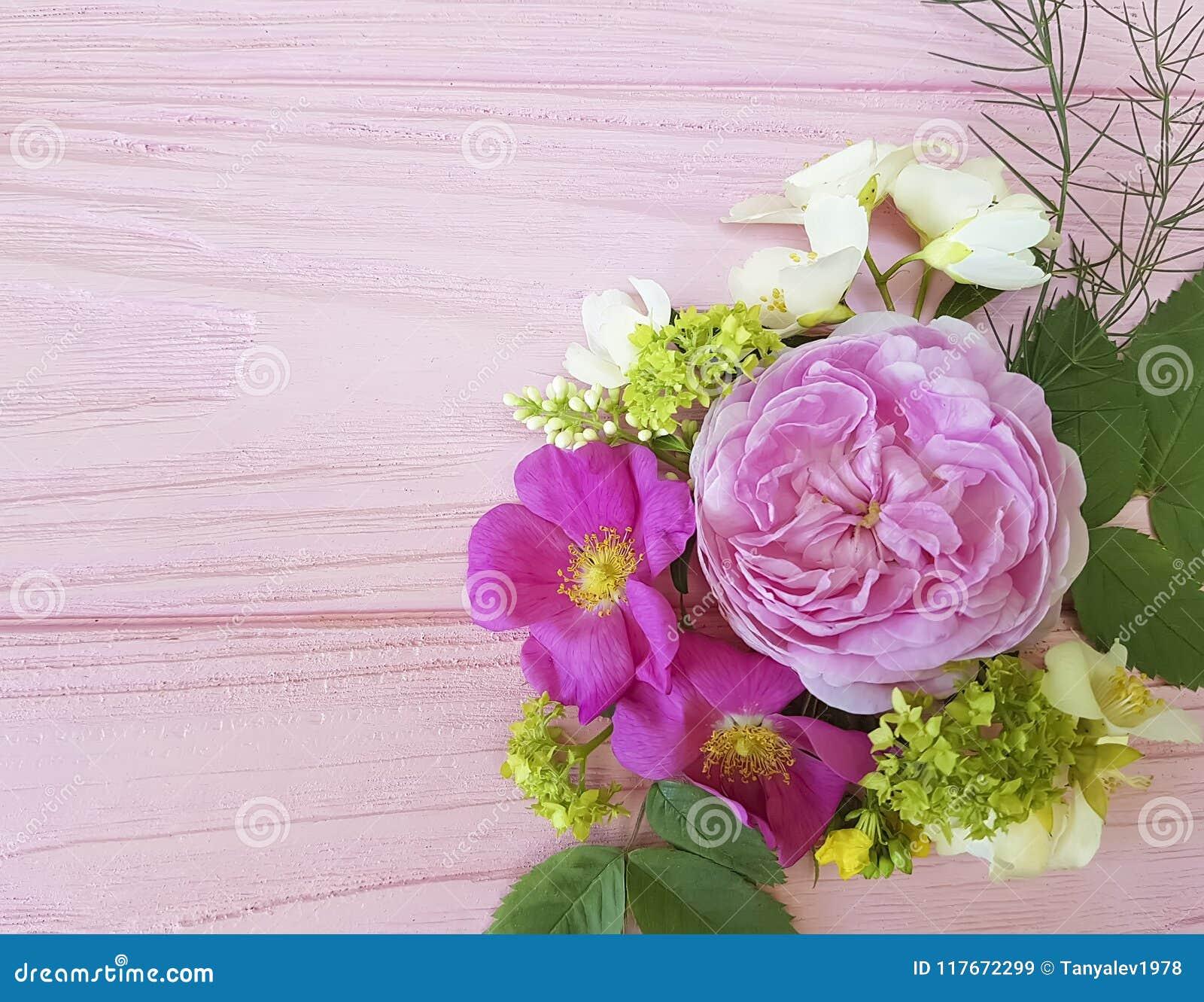 Härlig bukettram för rosor på en rosa träbakgrundsjasmin, magnolia