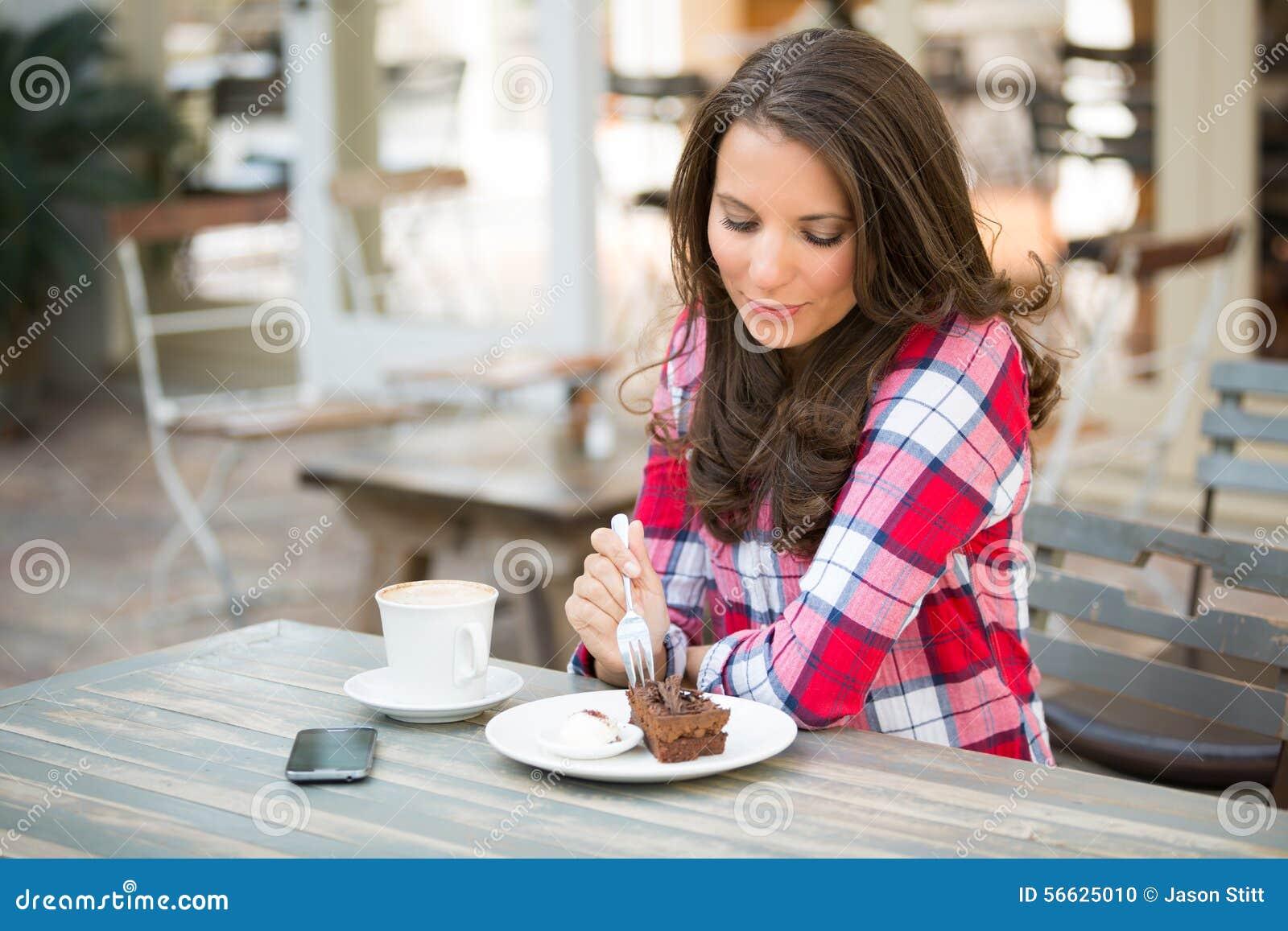 Härlig cake som äter kvinnan
