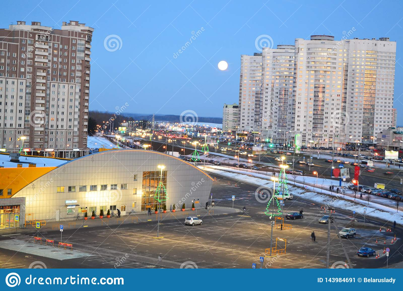 Härlig cityscape med det stads- centret av Minsk, Vitryssland Stads- landskapväg sky för natt för abstraktionillustrationblixt