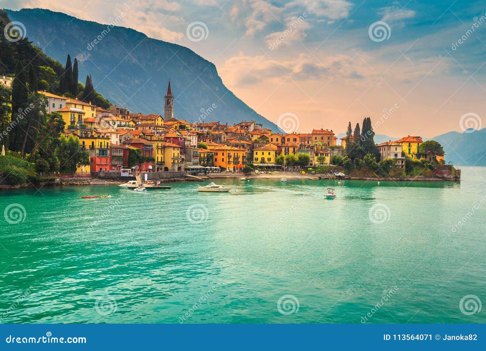 Härlig cityscape med färgrika hus, Varenna, sjö Como, Italien, Europa