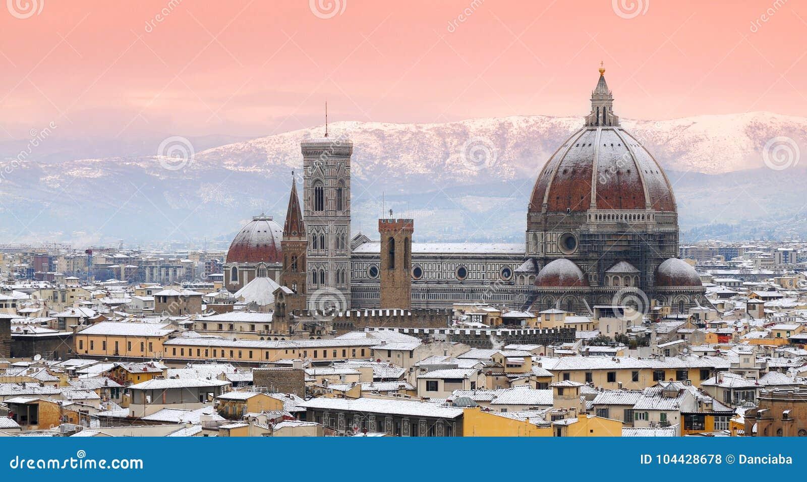 Härlig cityscape med snö av Florence under vintersäsong domkyrka del fiore maria santa