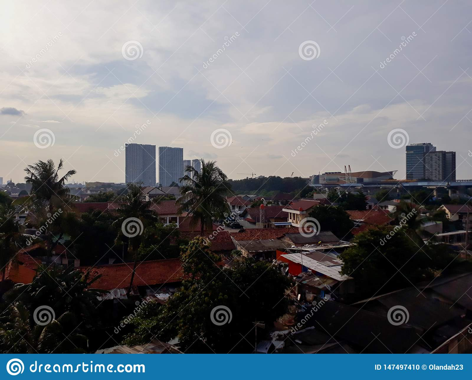 Härlig cityscape under en molnig och regnig solnedgång Taget i i stadens centrum södra Bekasi, västra Java, Indonesien