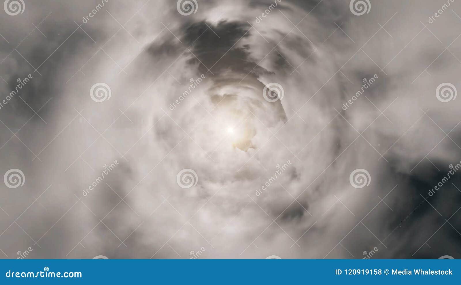 Härlig cloudscape med stora byggande moln och soluppgång som bryter till och med molnmass clouds stormigt Sol som visas