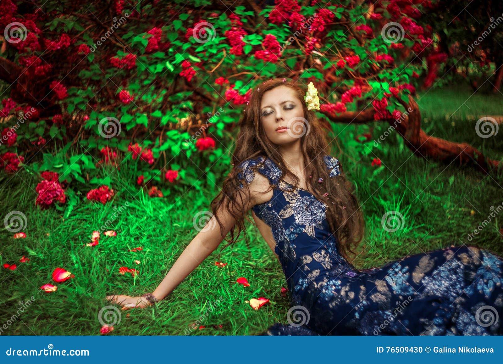 Härlig dagdrömma kvinna