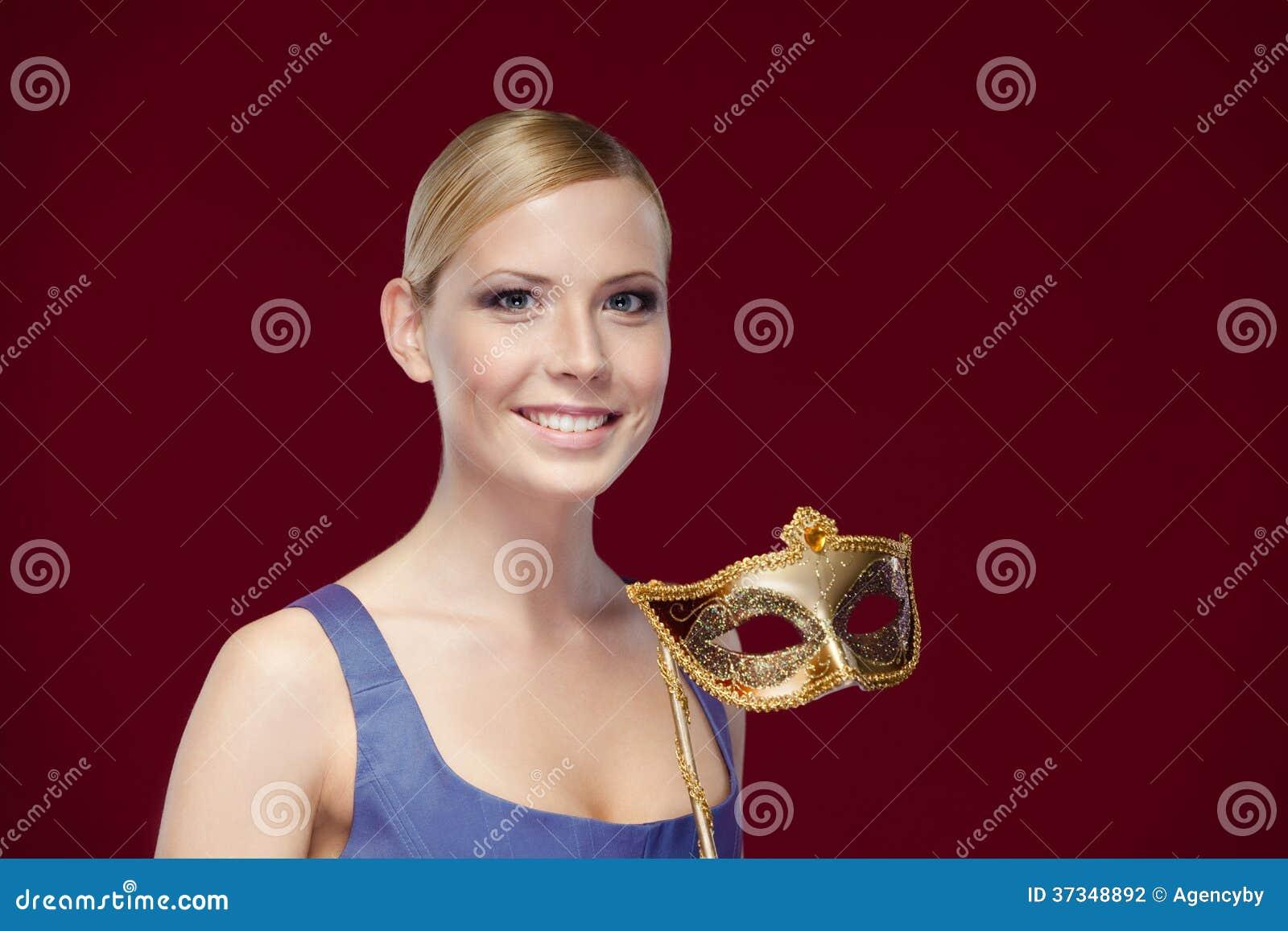 Härlig dam med maskeradmaskeringen
