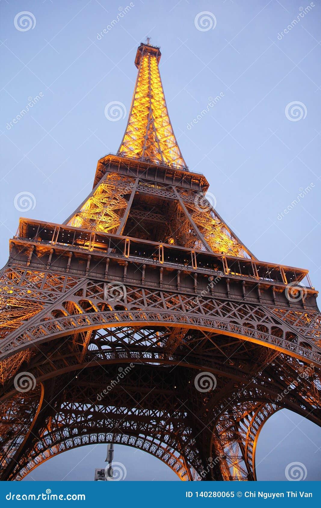 Härlig Eiffeltorn i natten