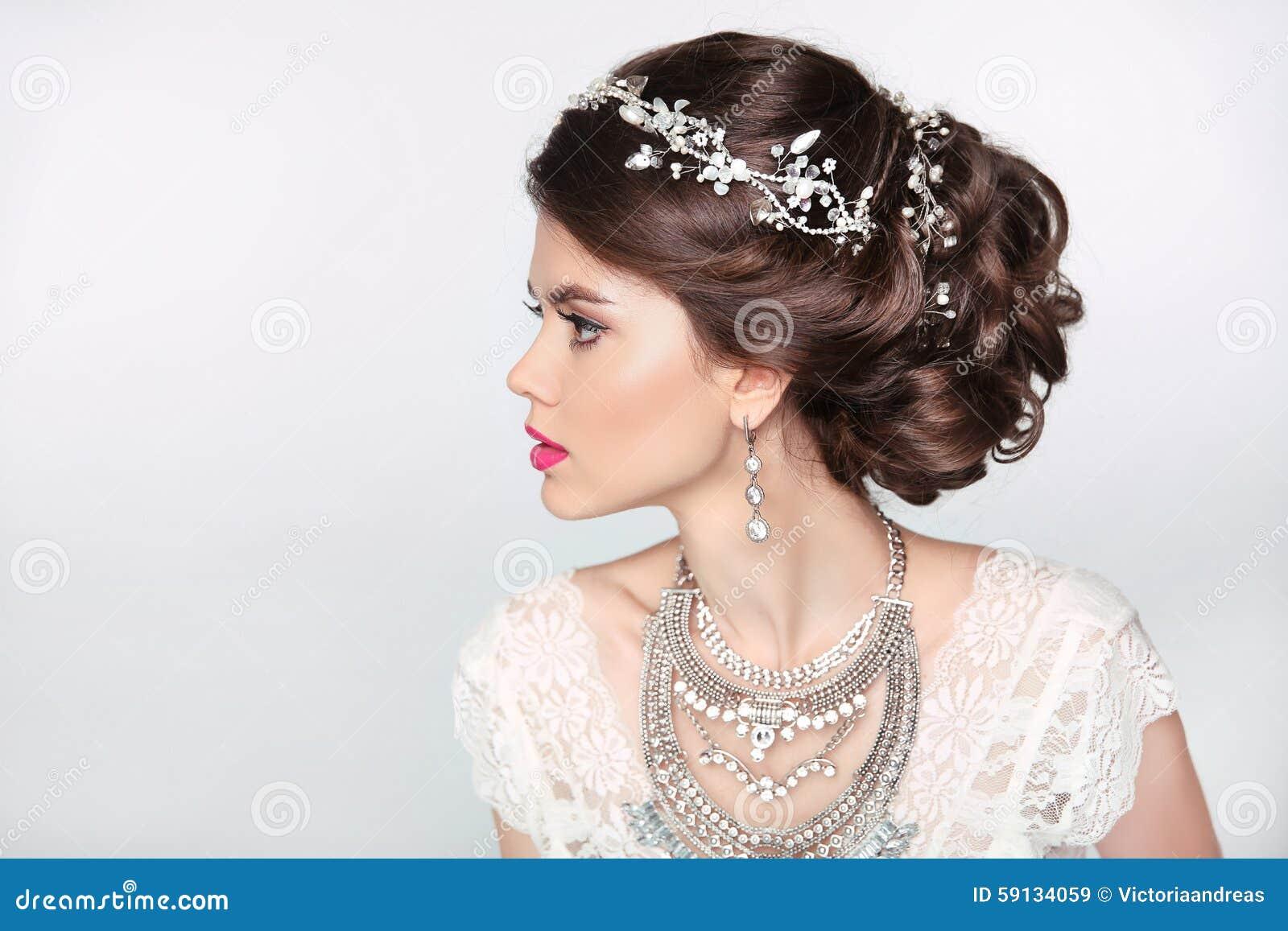 f86b778fb0fd Härlig Elegant Flickamodell Med Smycken, Makeup Och Retro Hår ...