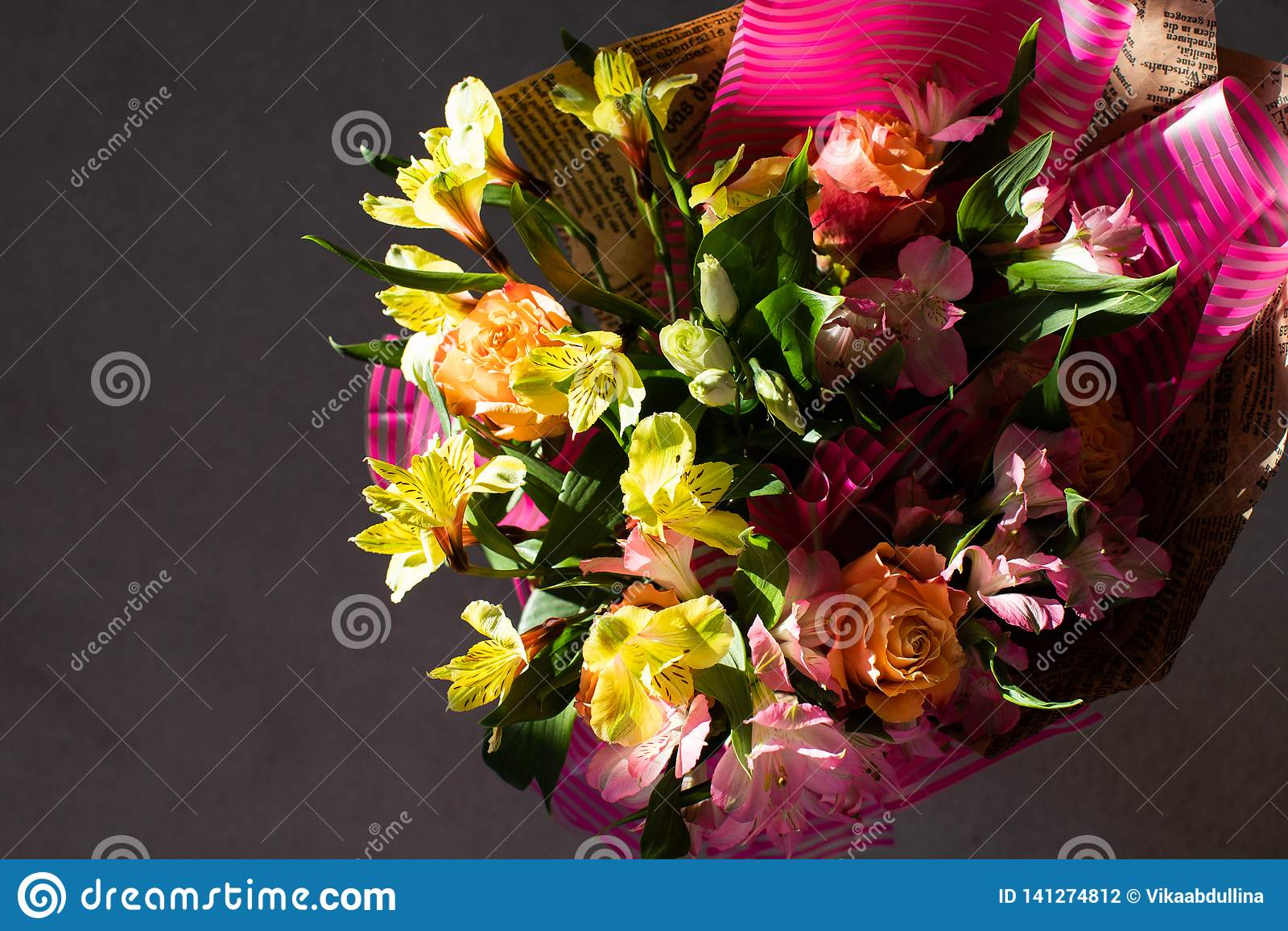 Härlig elegant sommarvårbukett med rosor och alstroemerias