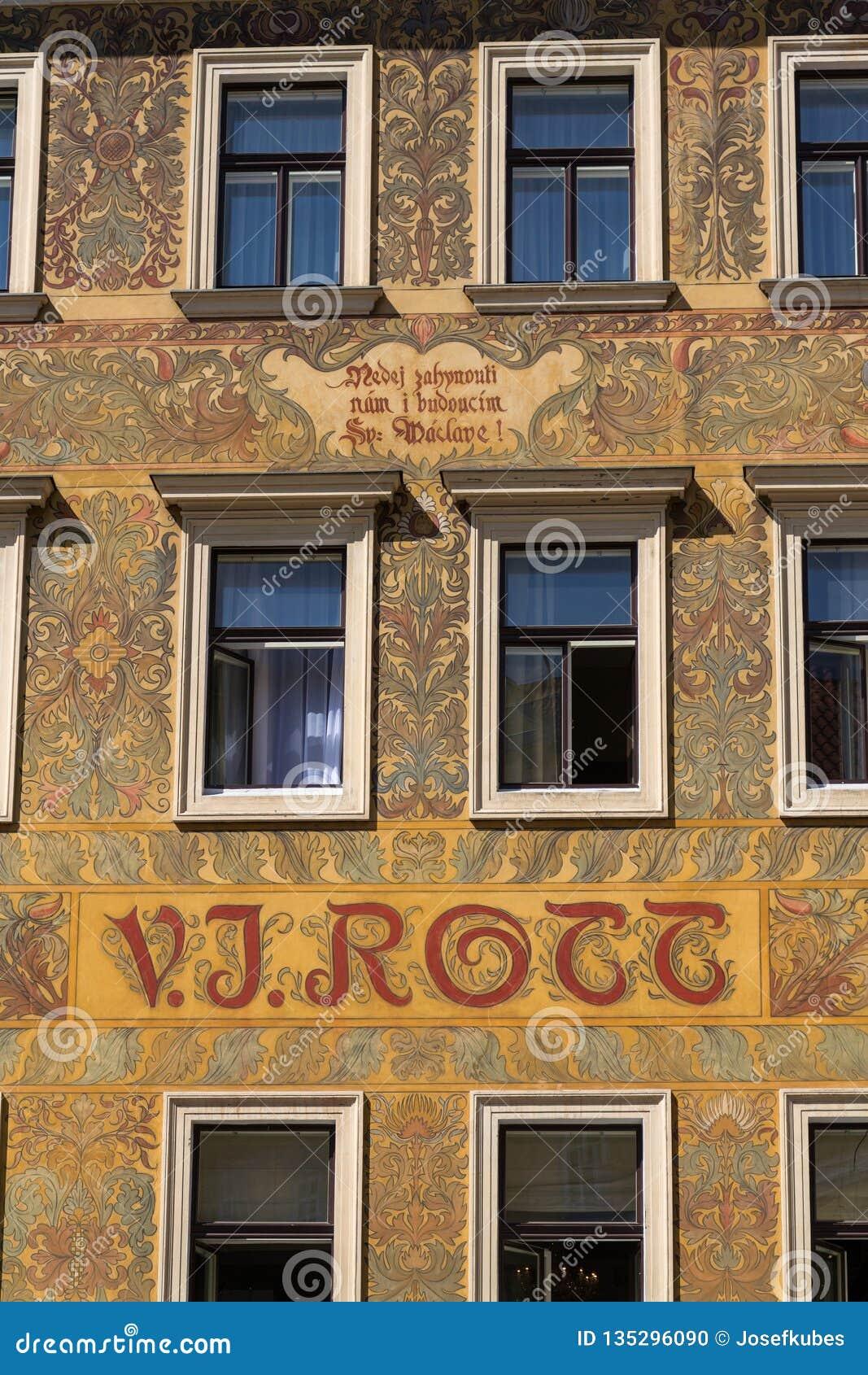 Härlig färgrik facede från Mikolas öl på gammalt V J Rott byggnad från 1890 på den manliga namestien nära den gamla stadfyrkanten