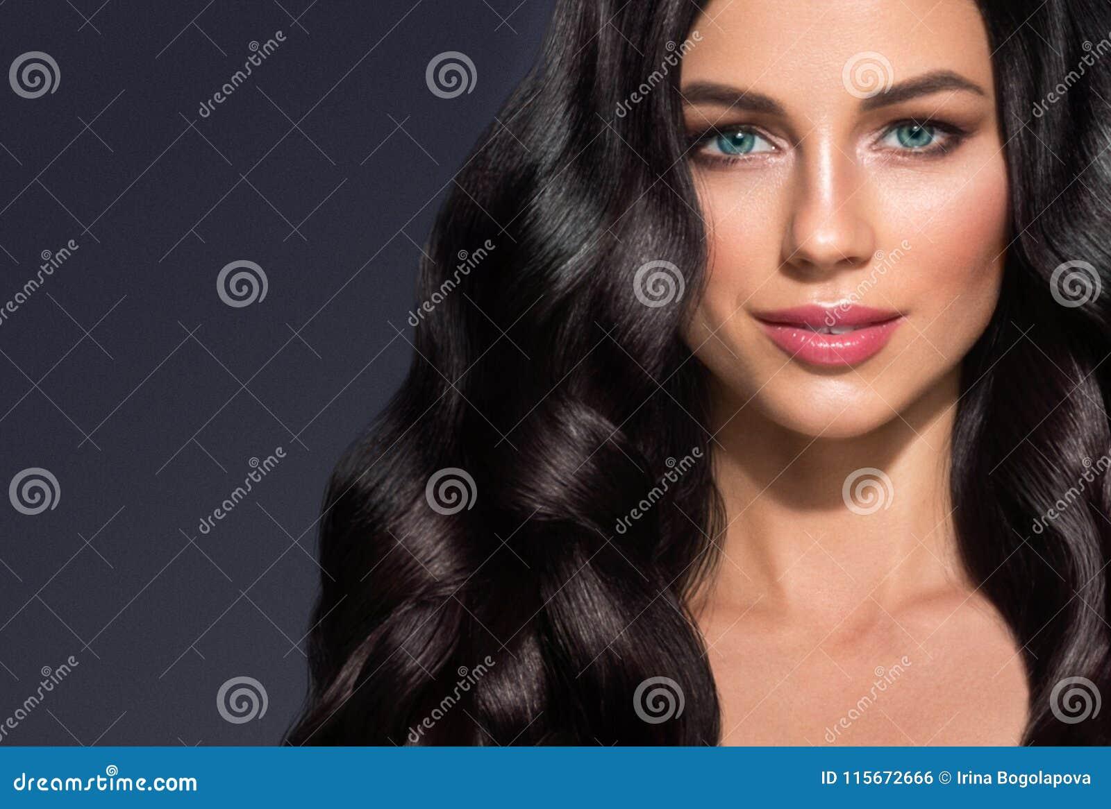 Härlig för kvinnaskönhet för svart hår stående Fantastisk frisyrfe