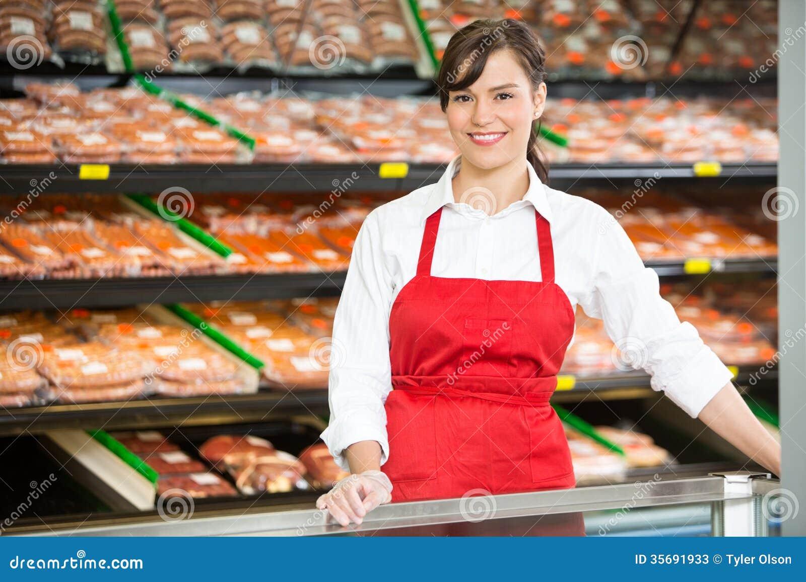 Härlig försäljare Standing At Counter in