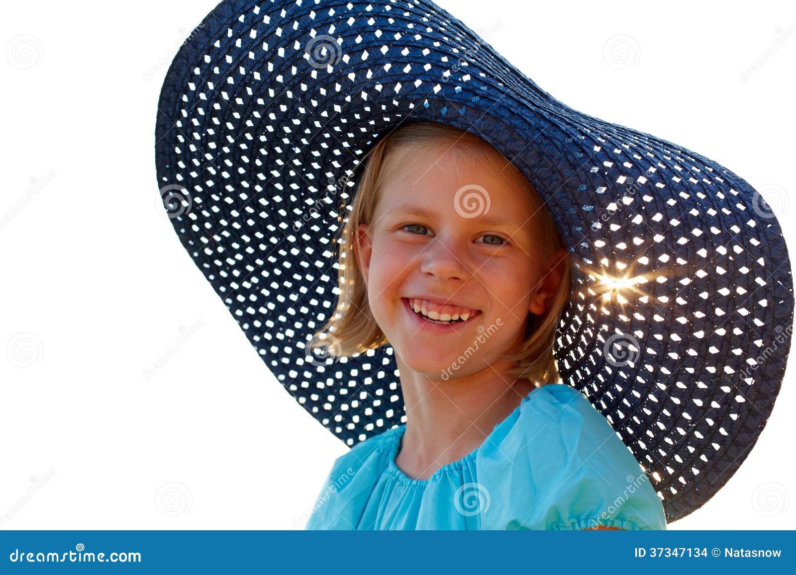 Härlig flicka i en blå hatt på en sommardag