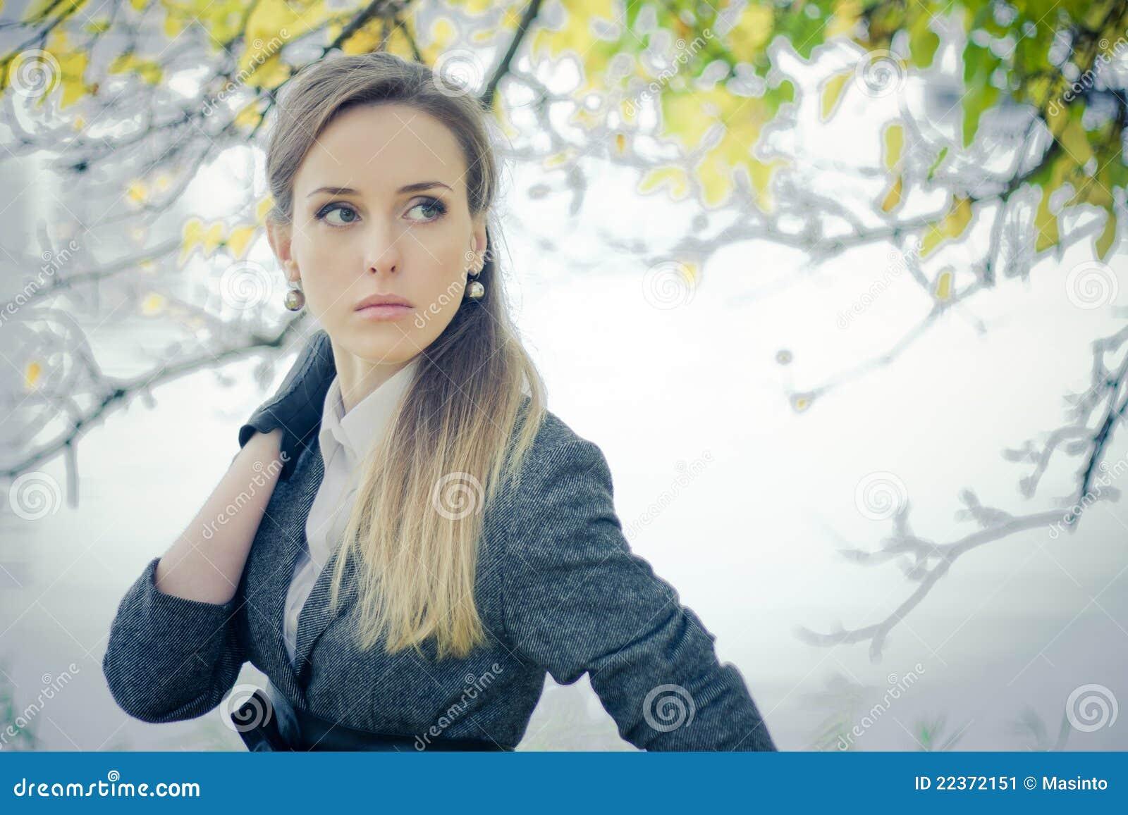 Härlig flicka i parken