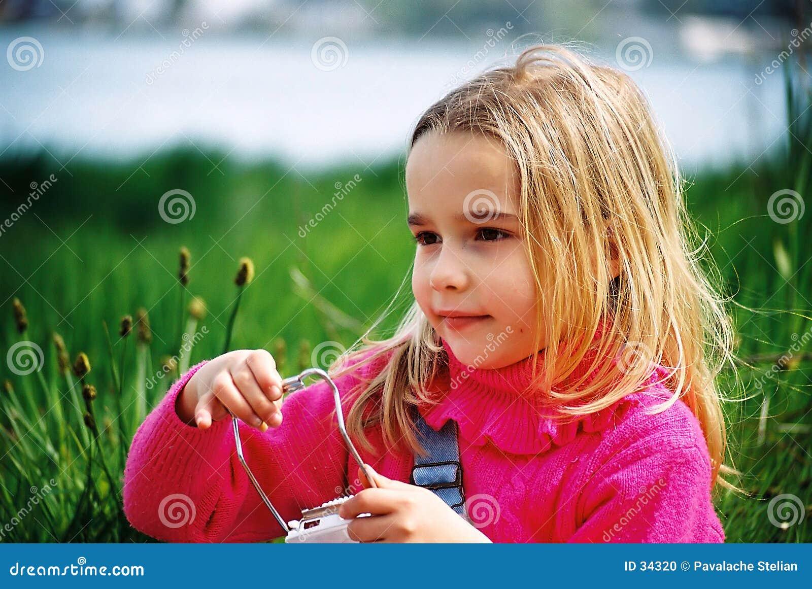 Härlig flicka little som leker