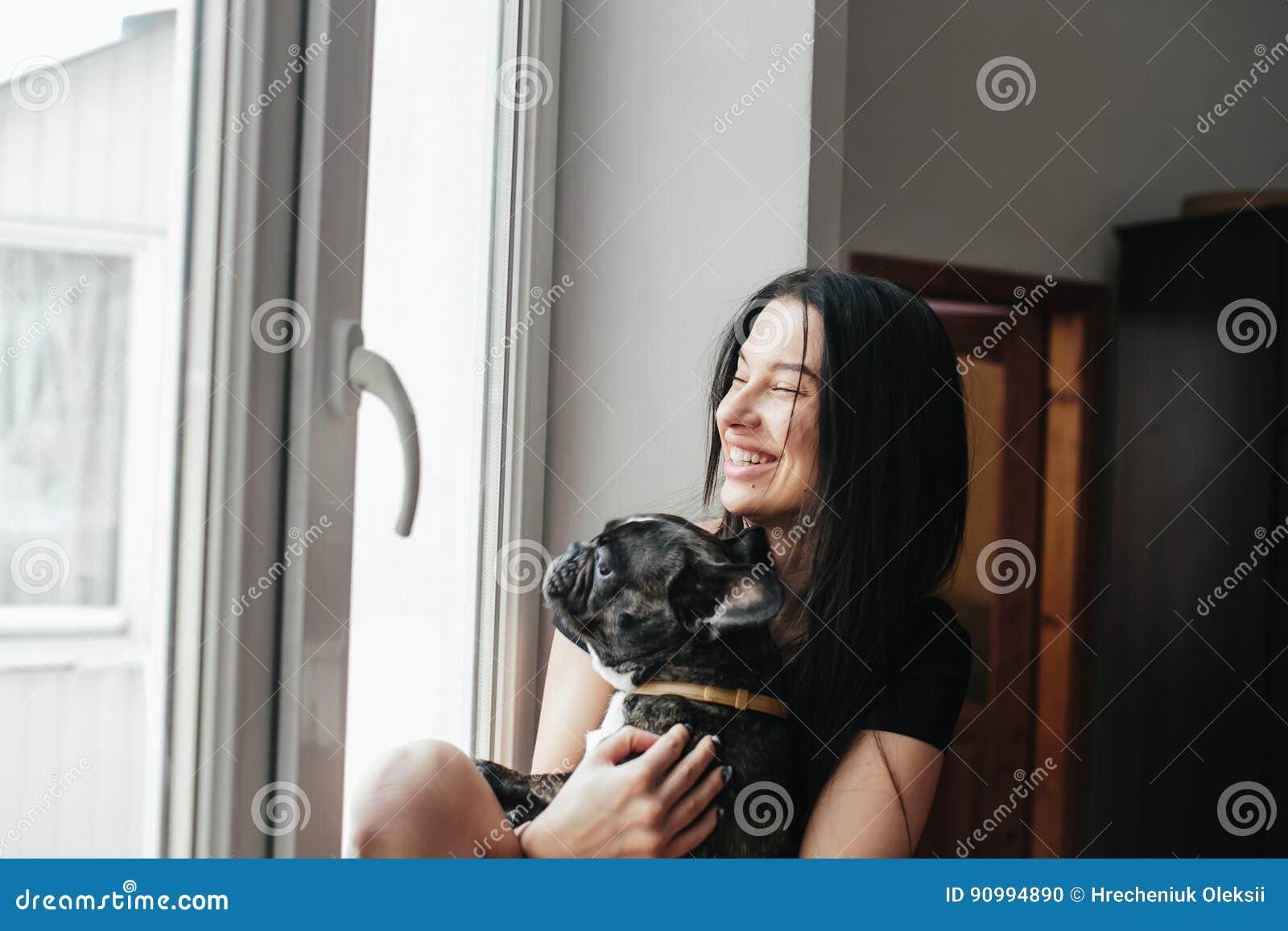 Härlig flicka med den lilla hunden