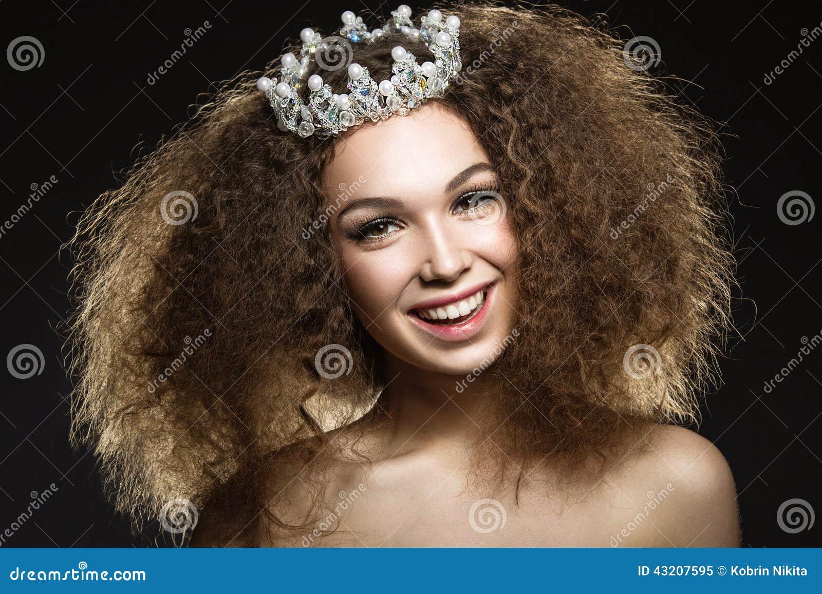 Download Härlig Flicka Med En Krona I Form Av En Prinsessa Fotografering för Bildbyråer - Bild av gulligt, glamour: 43207595
