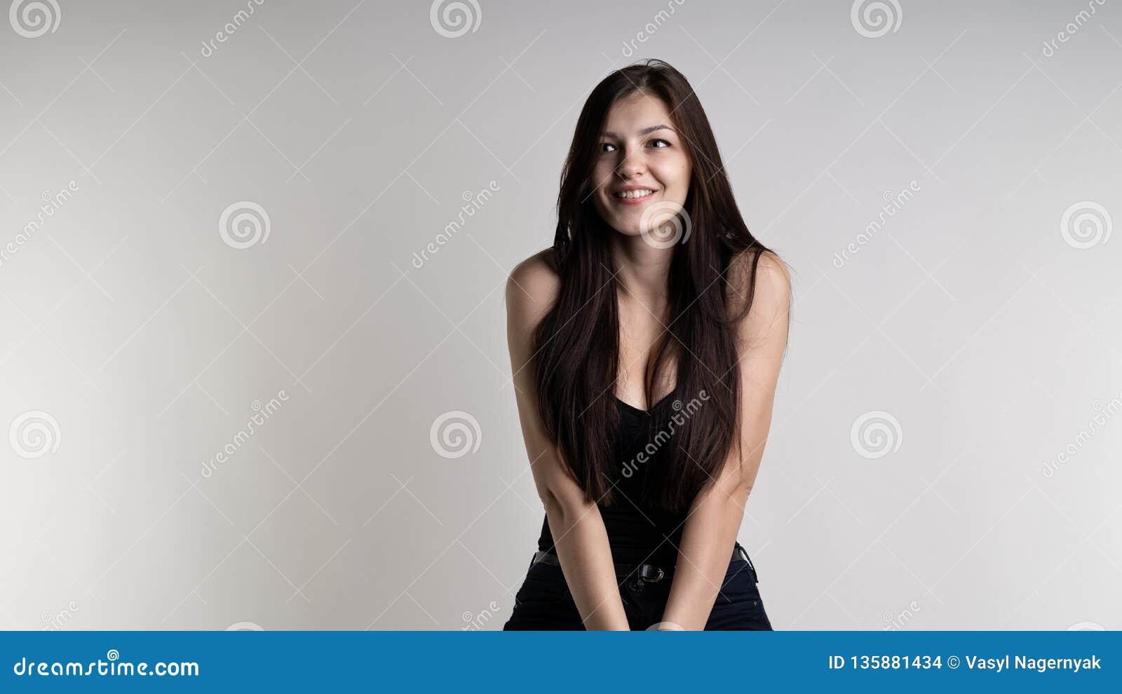 Härlig flicka med ett svart hår och stort le för klantskallar