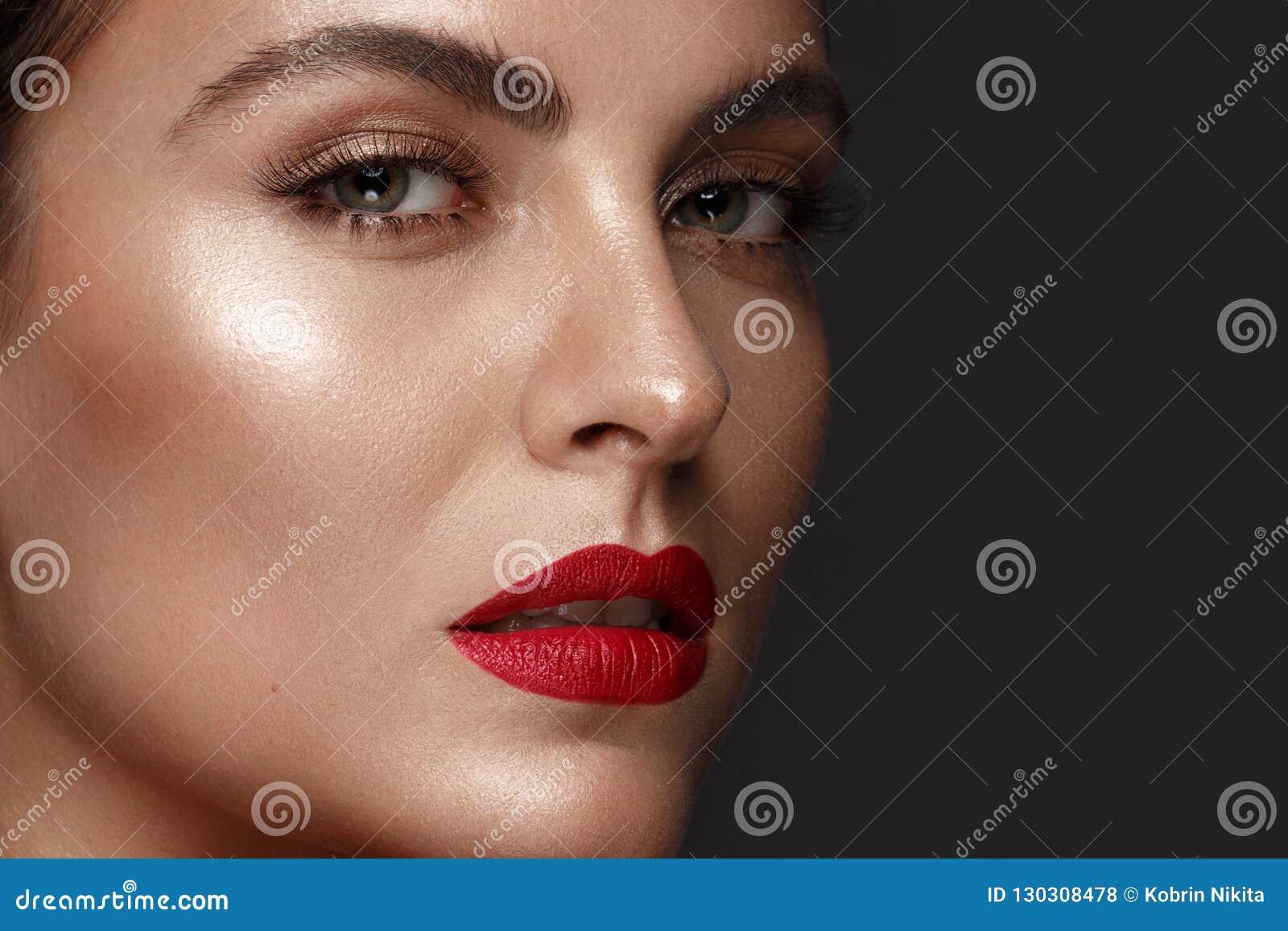 Härlig flicka med klassiskt smink och röda kanter