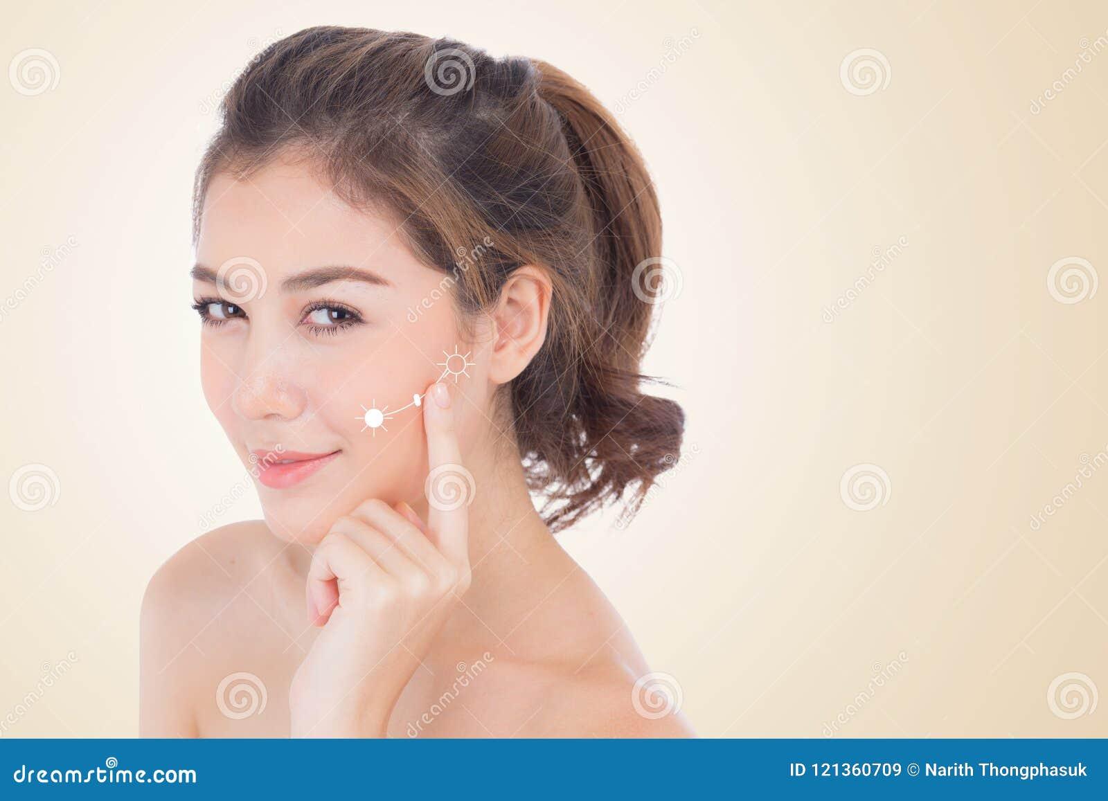 Härlig flicka med makeup, kosmetiskt begrepp för kvinna- och hudomsorg/den attraktiva asiatiska flickan på den isolerade framsida