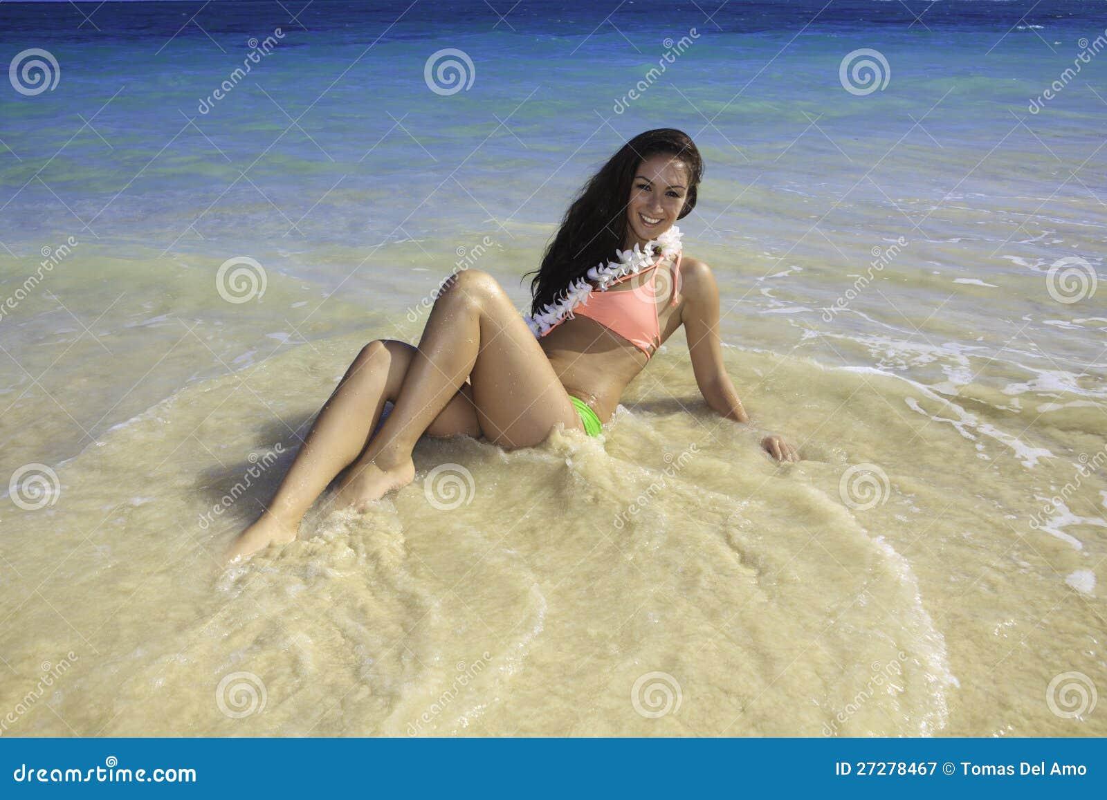Härlig flicka på stranden