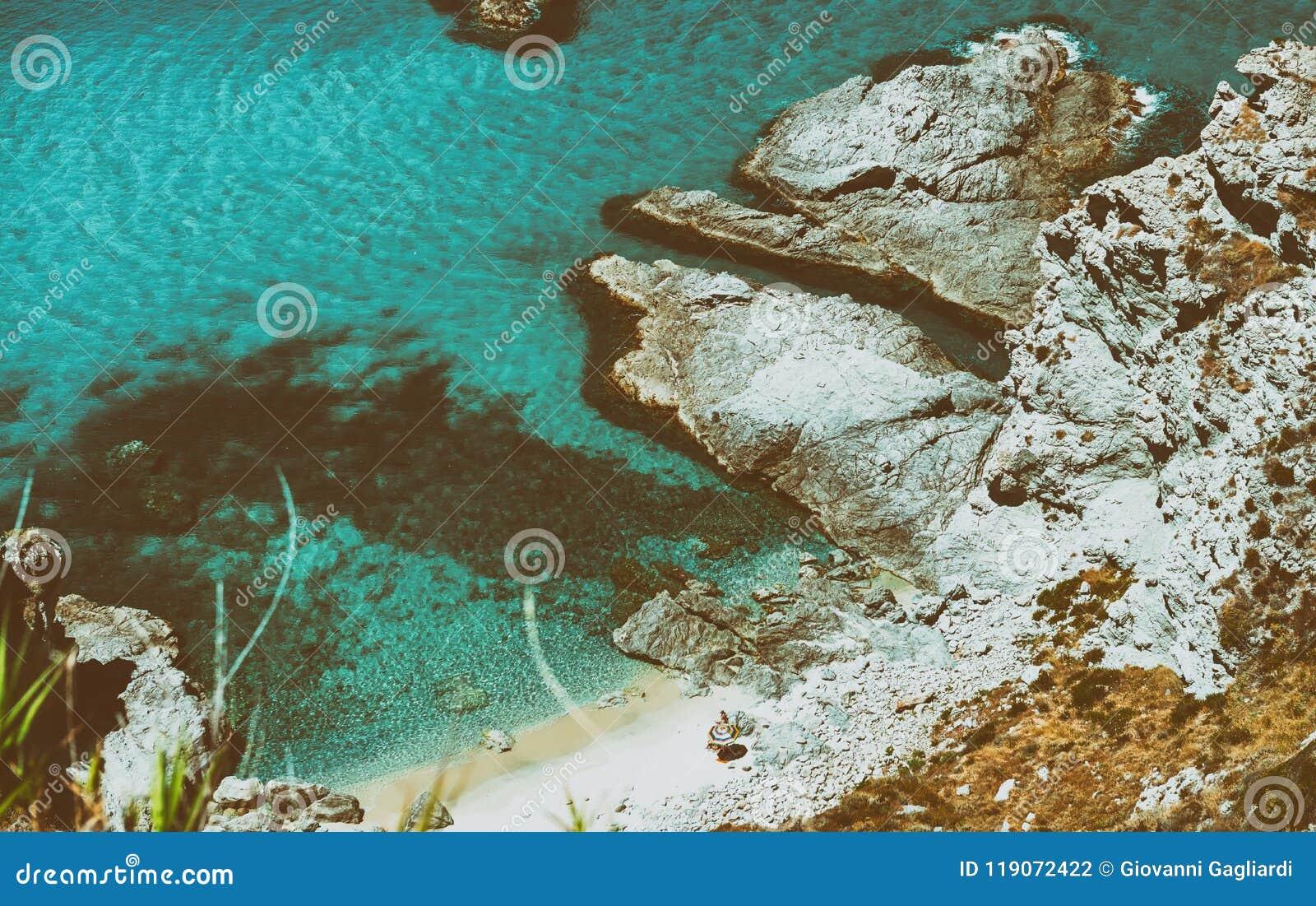 Härlig flyg- sikt av den Calabria kustlinjen - Italien i sommar