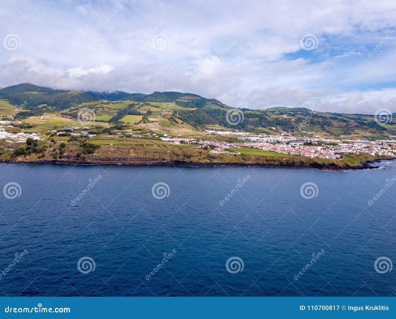 Härlig flyg- sikt av kusten för imponerande föreställningNa Pali