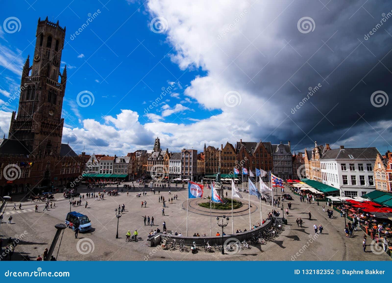 Härlig flyg- sikt på marknadsfyrkanten Markt i Bruges