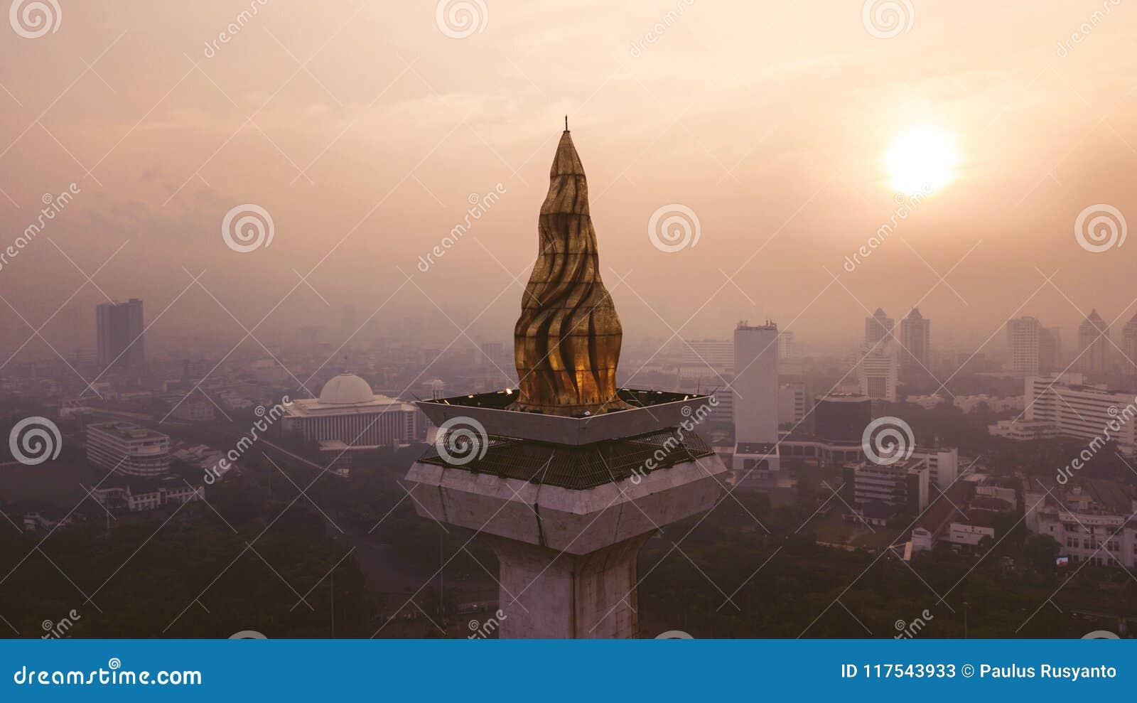 Härlig flyg- solnedgångsikt av den nationella monumentet