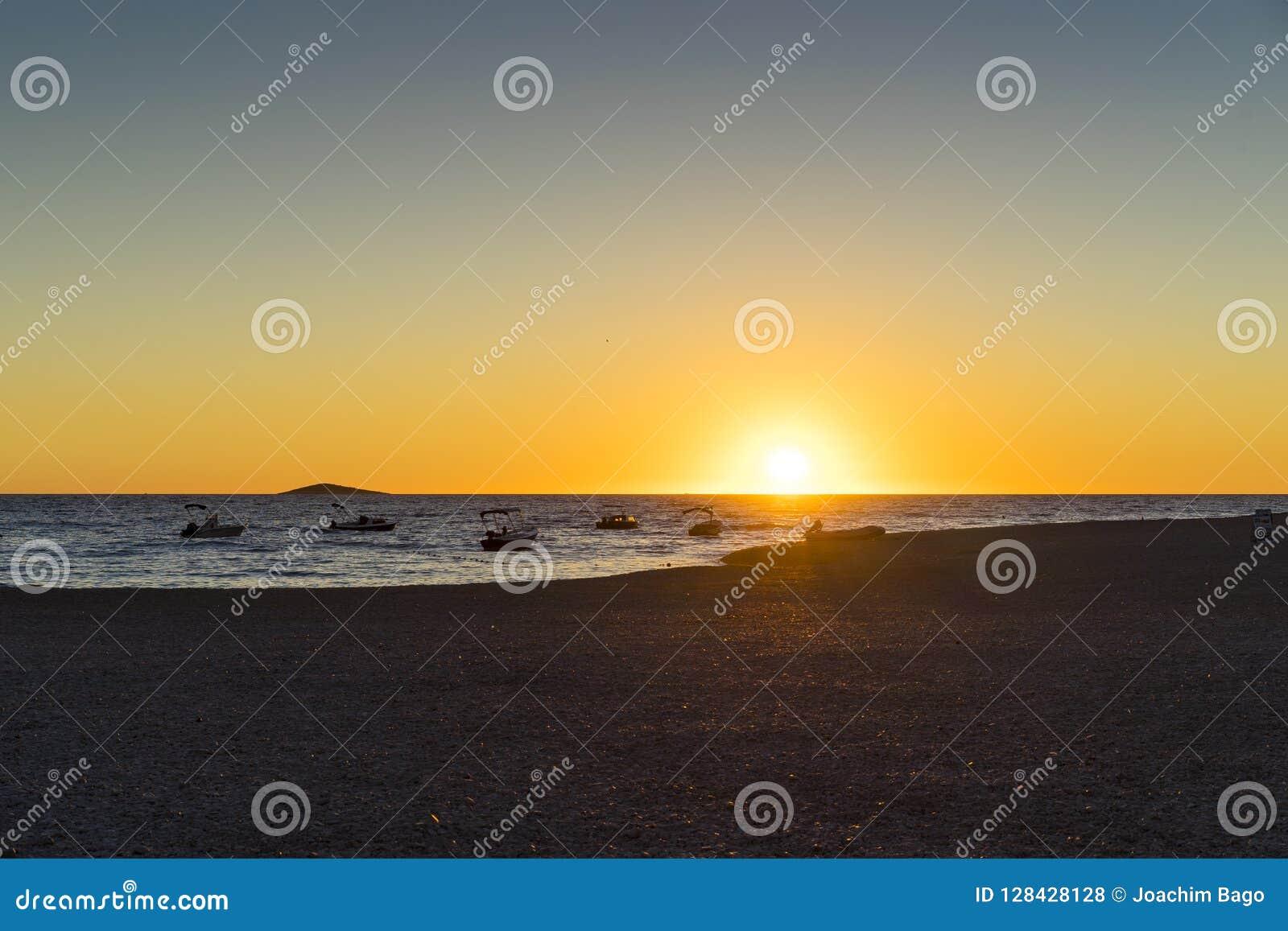Härlig flygbild av solnedgången i Primosten Dalmatia, Kroatien, Europa