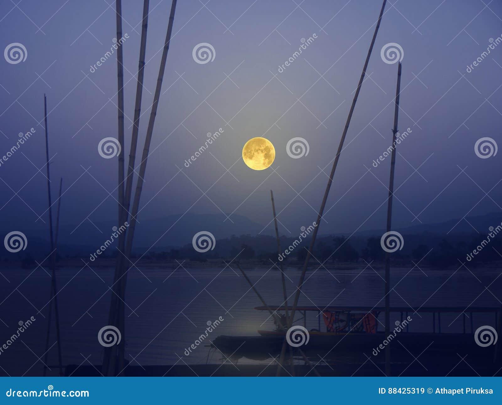 Härlig fullmånenatt över floden