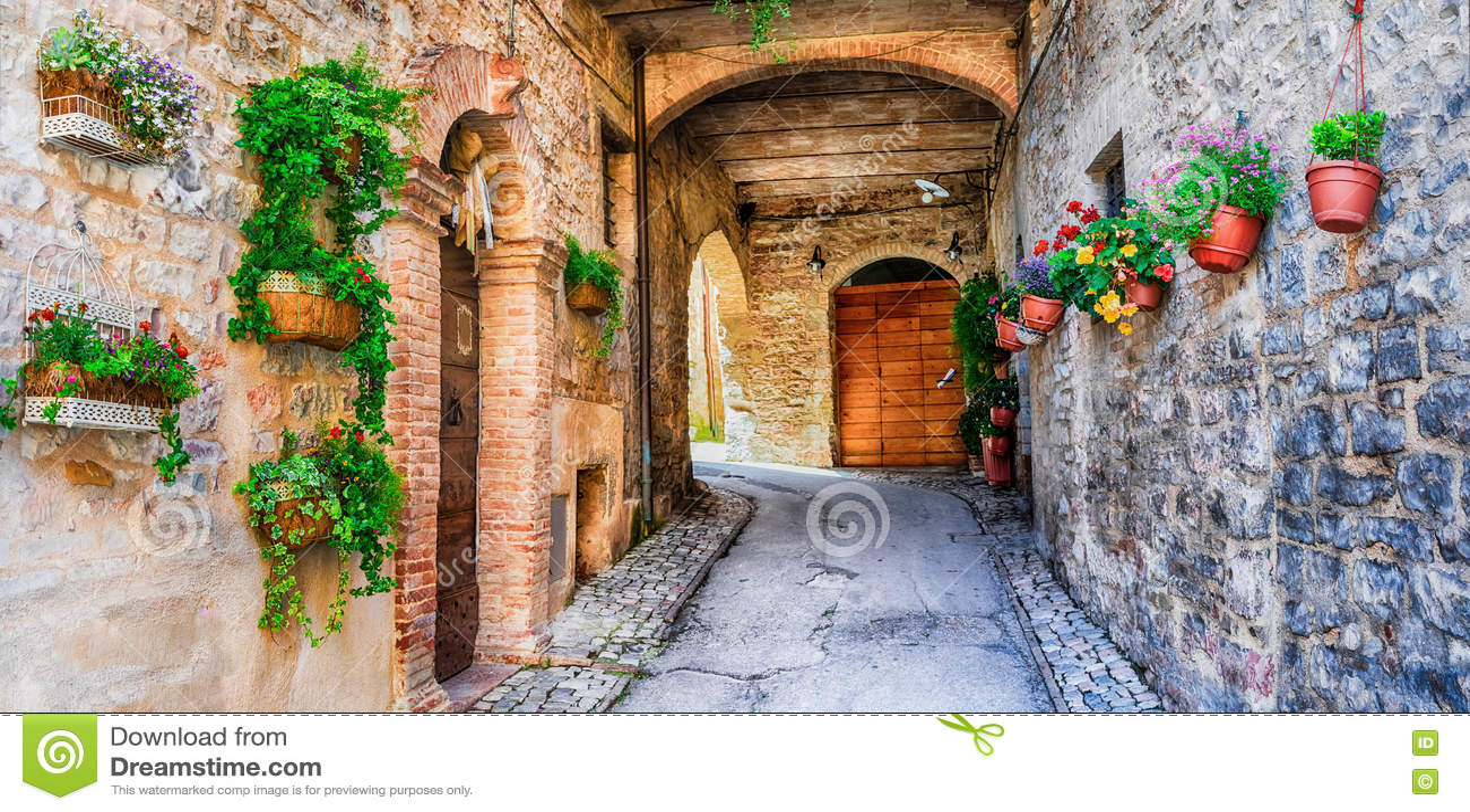 Härlig gatagarnering med blommor i den medeltida staden Spello