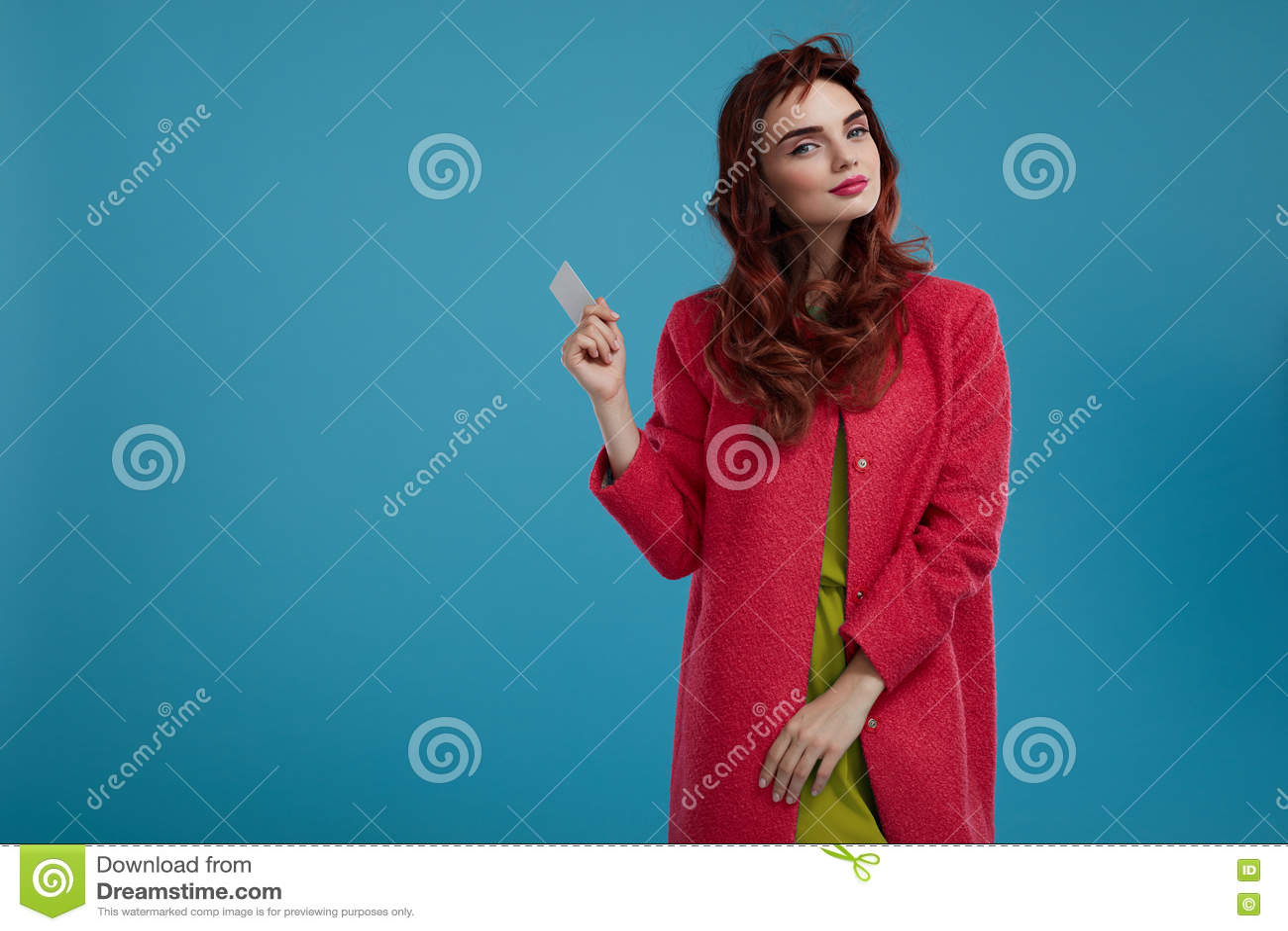 Härlig Girl In Stylish för modemodell kläder med det tomma kortet