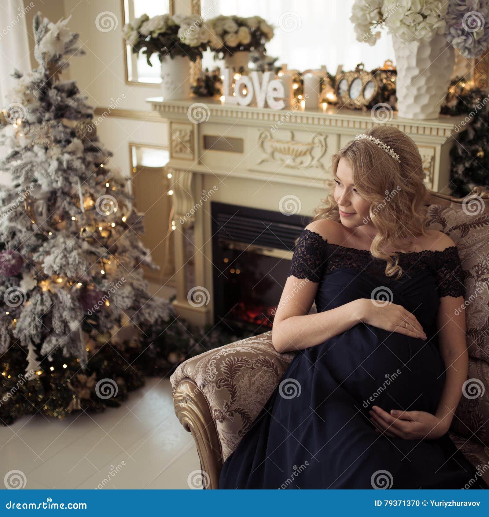 Härlig gravid kvinna i en ferieklänning