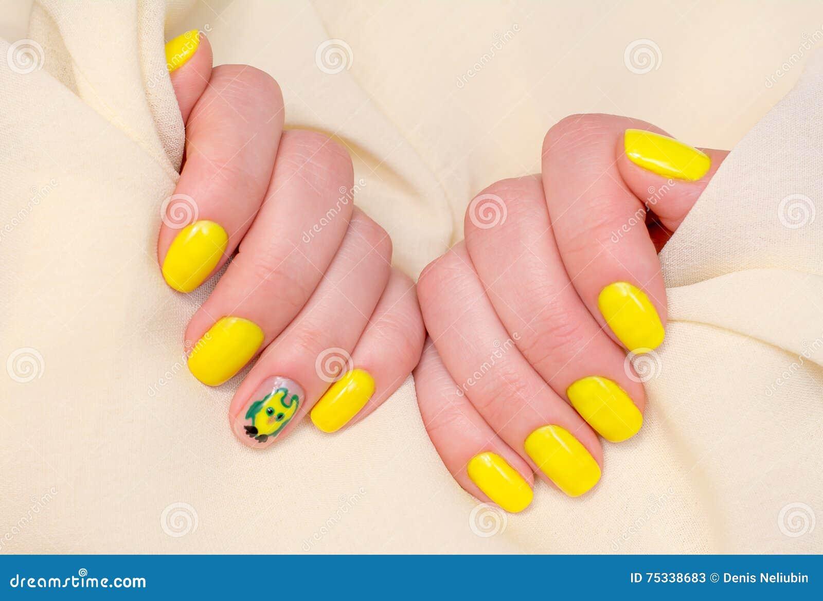 Härlig guling spikar manikyr Ljus manikyr i ljus på en vit bakgrund