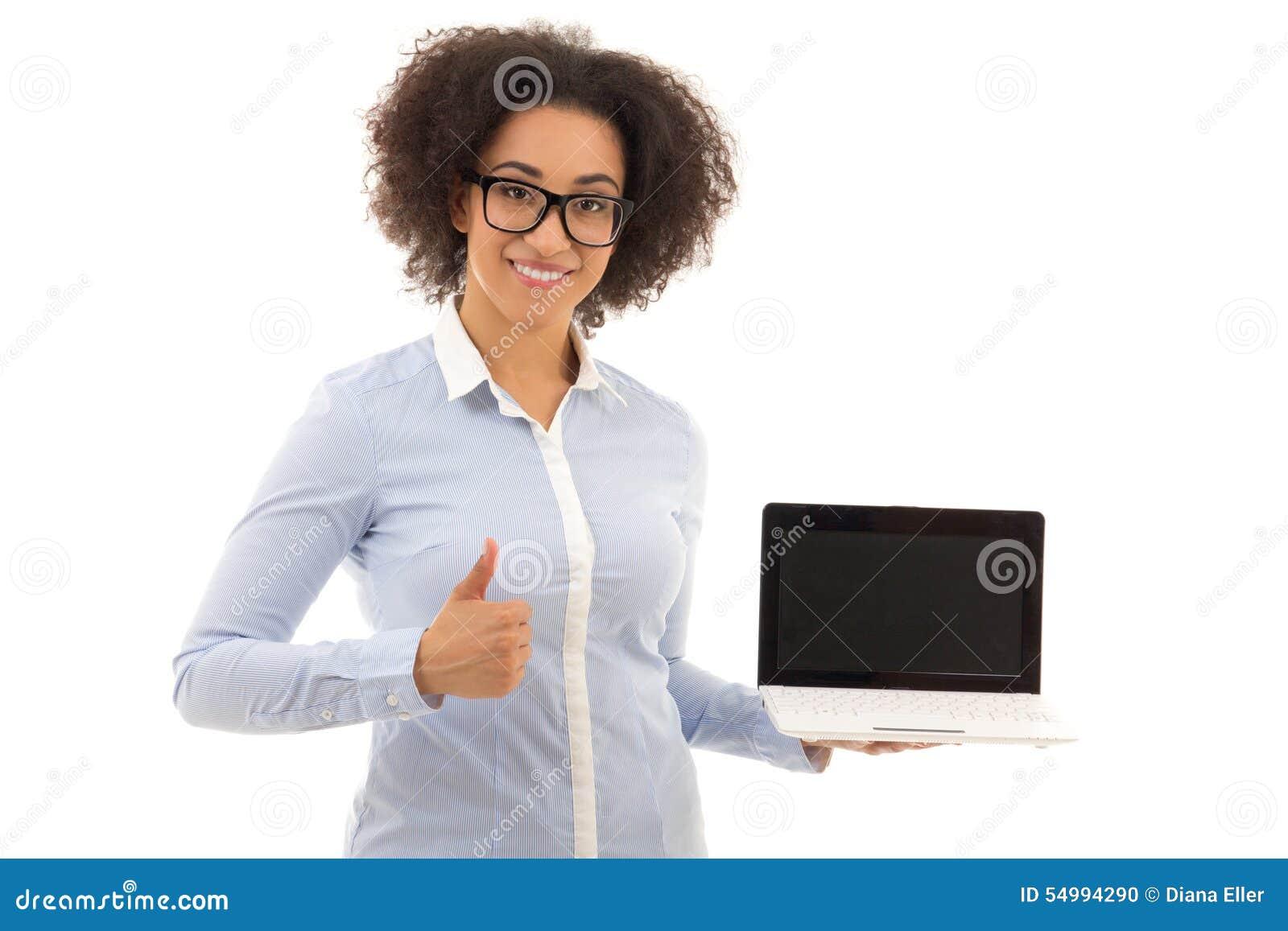 Härlig hållande bärbar dator för afrikansk amerikanaffärskvinna med Co