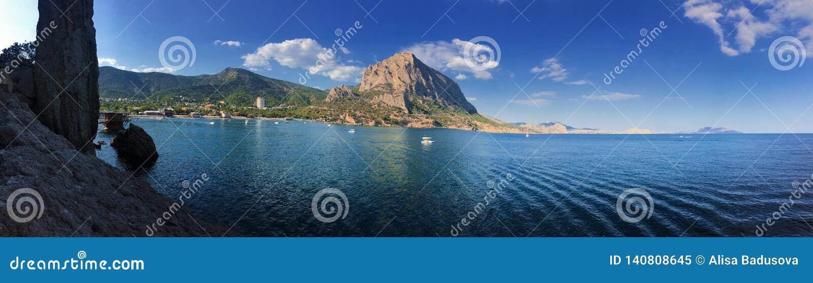 Härlig havsseascapepanorama Sammansättning av naturen i Krim