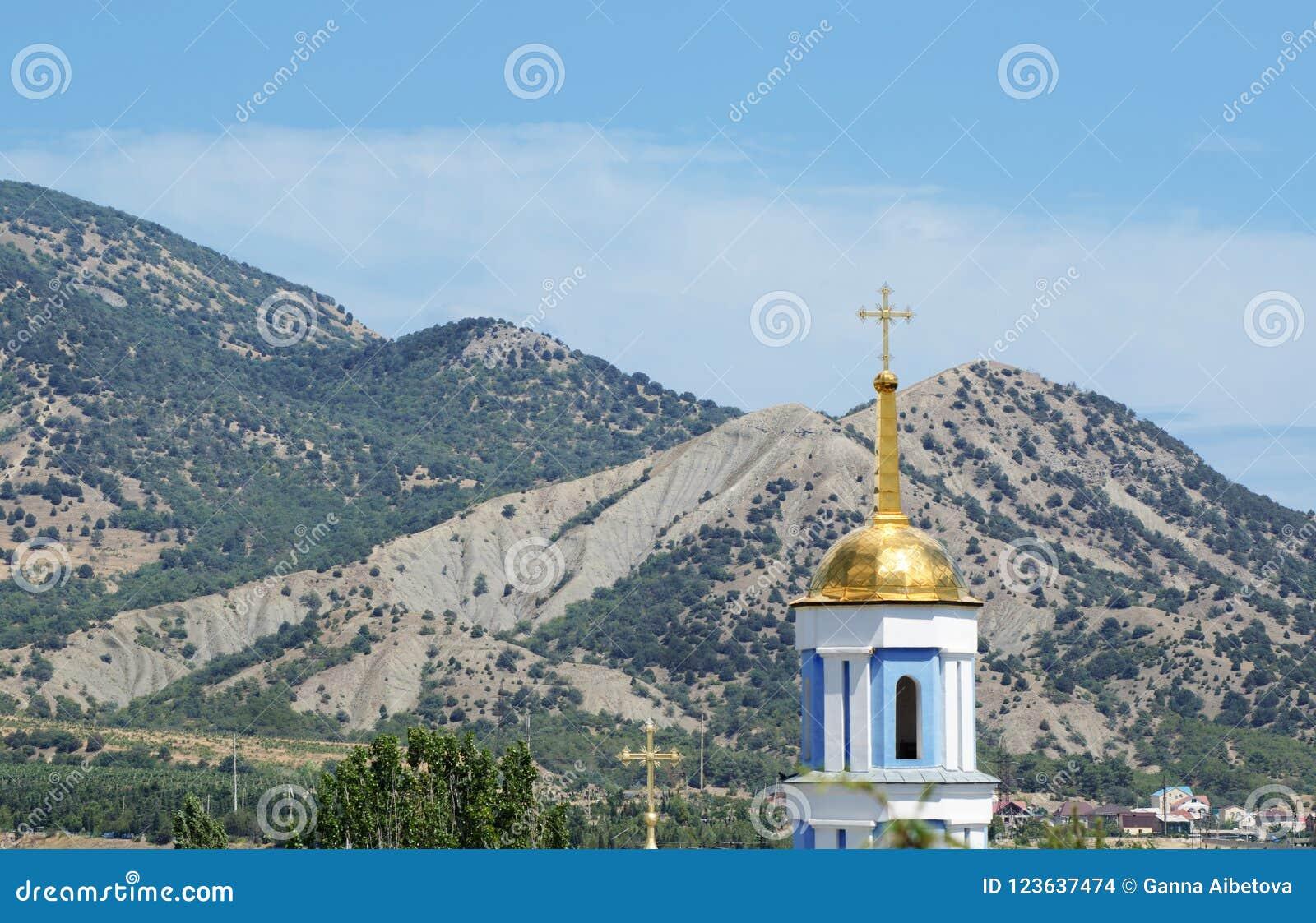 Härlig himmel ovanför berglandskap av den Krim dalen och klockstapeln av den Svyato-Pokrovsky templet Sudak crimea