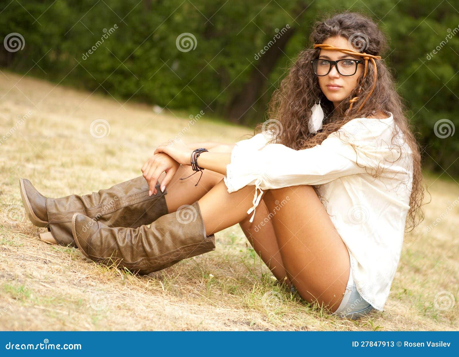 Härlig hippieflicka med exponeringsglas i parkera