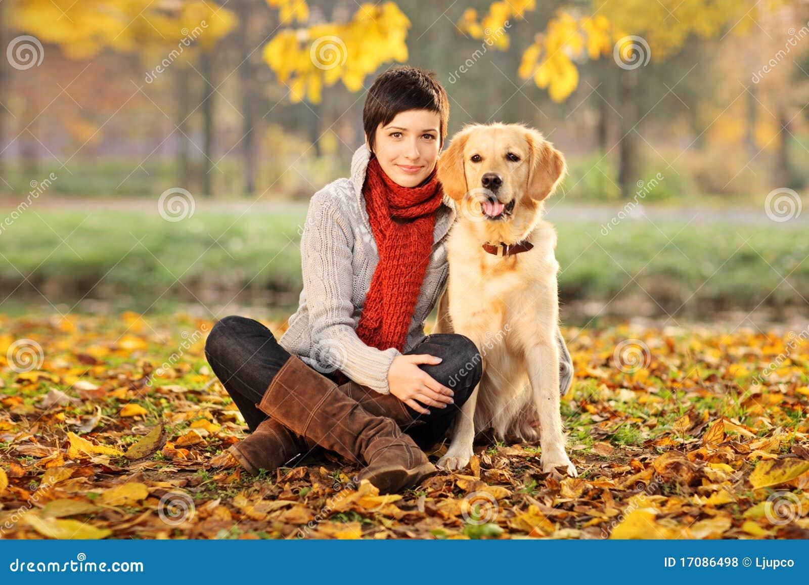 Härlig hund hans kvinna för labrador retriever