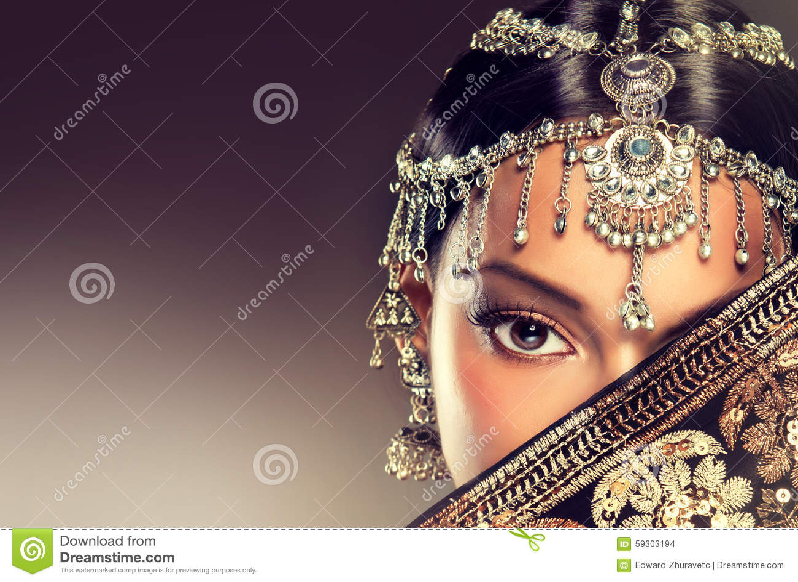 Härlig indisk kvinnastående med smycken
