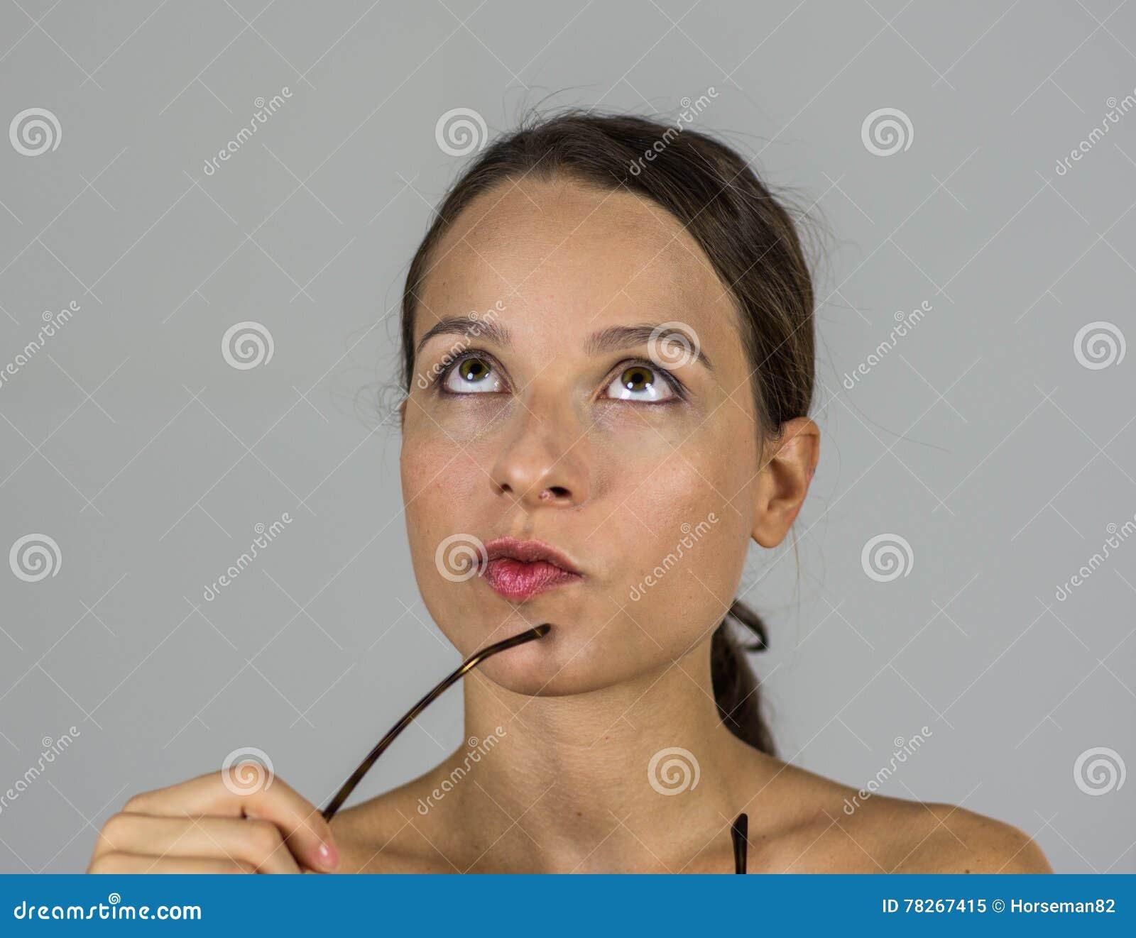 Härlig intellektuell flicka med exponeringsglas