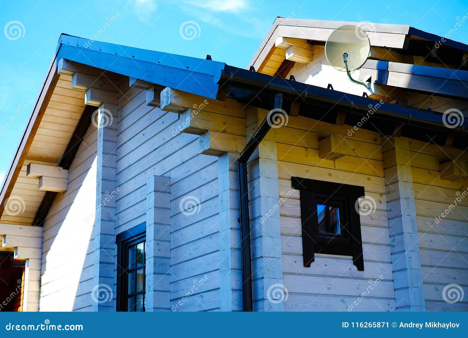Härlig journalkabin på en kulle med Windows