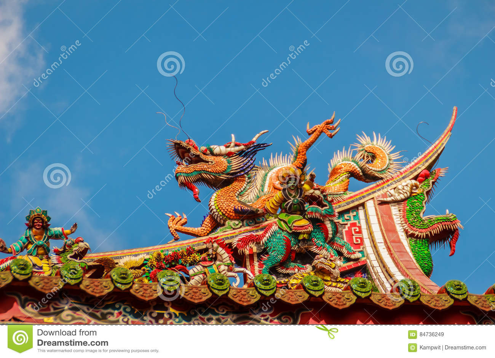 Härlig kinesisk drakeskulptur på taket på Lungshan Templ
